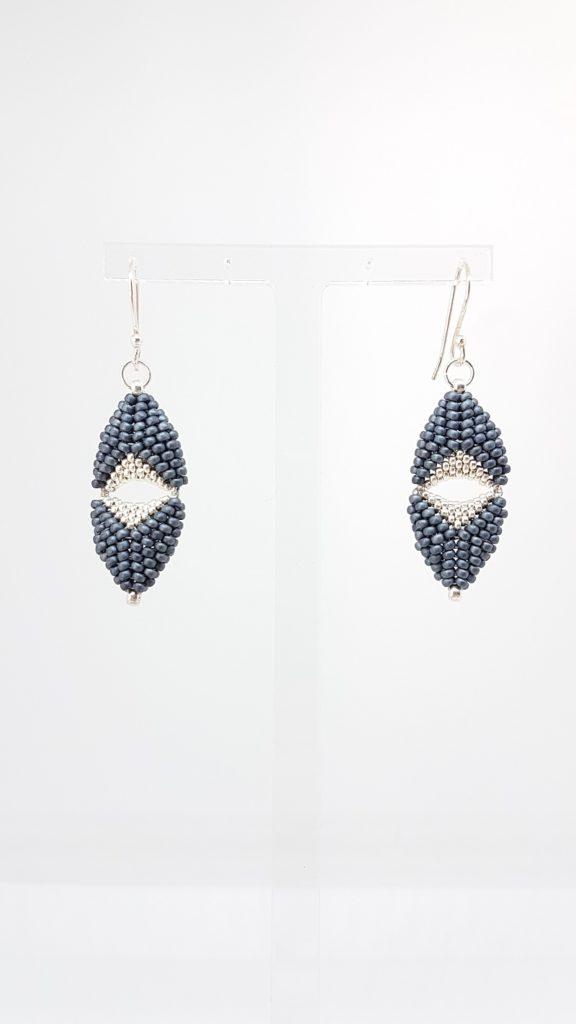 boucles en perles de verre gris et argent